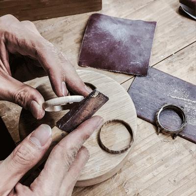 Feilen eines Holzringes fuer die JACQUES FAREL hayfield Uhren