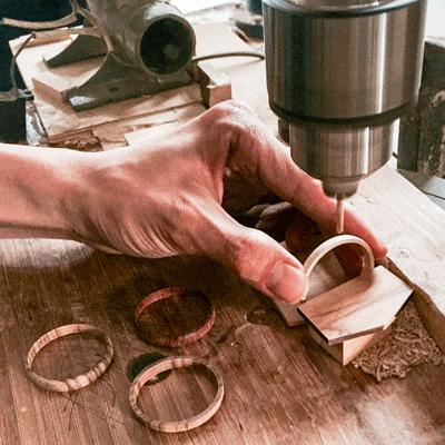 in der Fabrik -Bohren eines Holzrings fuer die Krone - JACQUES FAREL hayfield Uhren