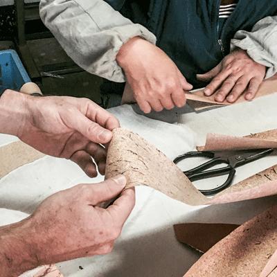Begutachtung der Korkplatten fuer die Inneneinlage der Oeko-Lederbaender der JACQUES FAREL hayfield Uhren